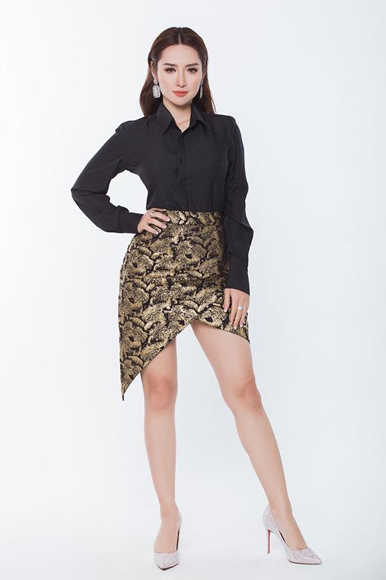 Phong cách thanh lịch đan xen hơi hướng sexy với sơ mi đen phom basic đi cùng chân váy origami.