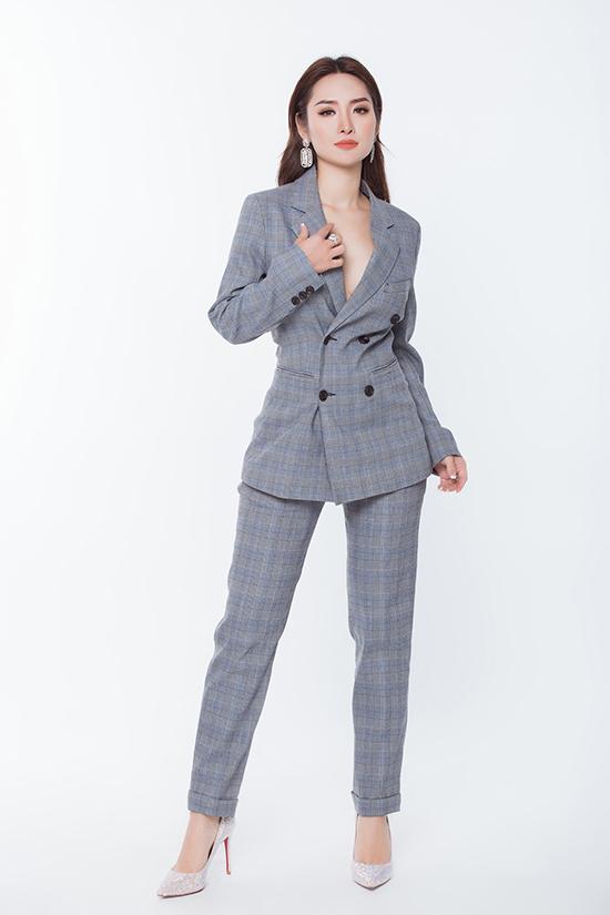 Ở mùa mốt năm nay, suit kẻ sọc ca rô vẫn là trang phục nằm trong top xu hướng thịnh hành. Khi đi tiệc, suit thường được mặc theo phong cách không nội y để tăng sức hút cho phái đẹp.