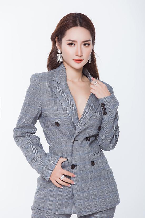 Suit, blazer không chỉ giúp phái đẹp thể hiện phong cách năng động trên phố, chúng còn xây dựng hình ảnh thanh lịch cho người mặc khi tham gia tiệc tùng.