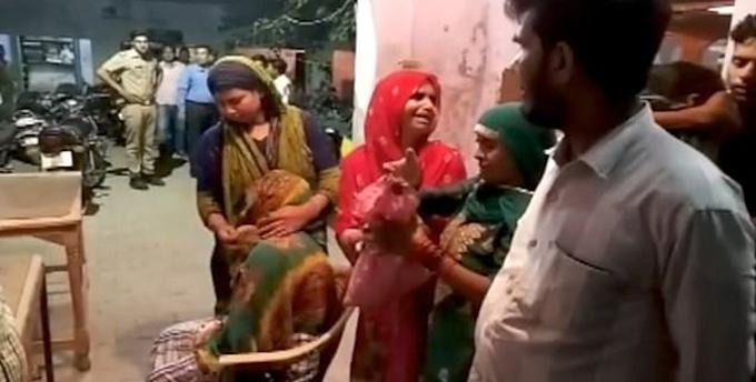 Tavasum (ngồi) cùng bố chồng (bìa phải) và người thân mang bào thai đến đồn cảnh sát ở Agra báo án hôm 3/7. Ảnh: Times of India.