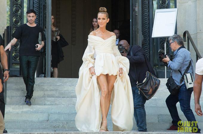 Celine Dion trở thành tâm điểm chú ý tại Pháp trong suốt tuần qua khi mỗi ngày cô đều mặc sành điệu đi xem show thời trang. Hôm 2/7, diva người Canada mặc chiếc váy ngắn khoe chân dài tới dự show Alexandre Vauthier Haute Couture thu đông 2019.