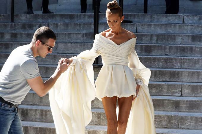 Sánh đôi bên Celine luôn là chàng trợ lý trẻ điển trai. Anh giúp nữ ca sĩ bước xuống từng bậc thềm của khách sạn Grand Palais.