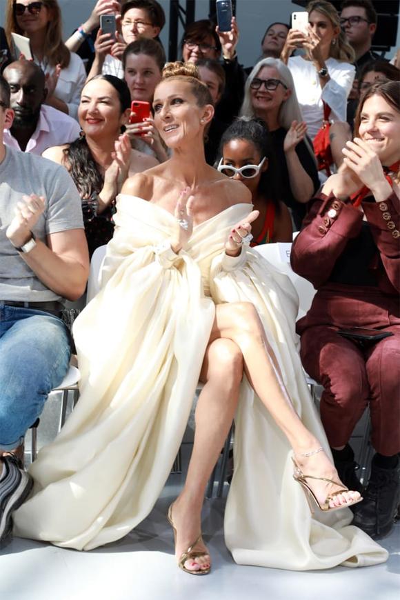 Hai người ngồi hàng ghế đầu xem show diễn. Celine vốn là một tín đồ thời trang và những năm gần đây cô ngày càng dành nhiều thời gian cho niềm đam mê này.