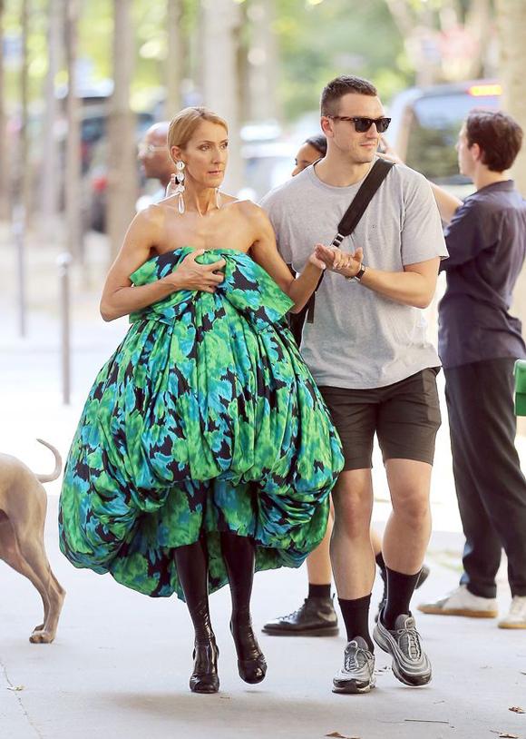 Một ngày trước đó, giọng ca The Power Lover được anh chàng này hộ tống dạo phố. Trợ lý xỏ tất đen ton sur ton với Celine. Nữ ca sĩ gây ấn tượng với kiểu váy balloon bồng bềnh và lộ trọn bờ vai.