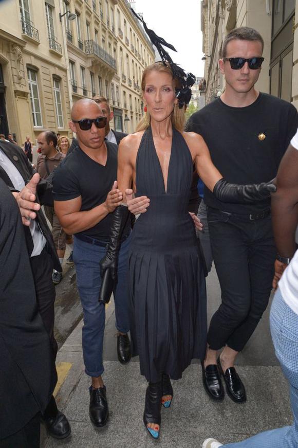 Anh chàng vừa là vũ công, vừa kiêm vai trò stylist cho Celine Dion. Tại show Schiaparelli ngày 1/7, cả hai cùng mặc đồ đen huyền bí. Nữ ca sĩ phá cách với bộ đầm có phần eo giống như corset, đeo găng tay và xỏ giầy hở mũi bằng da.