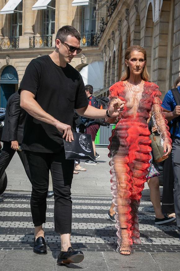 Celine táo bạo thử sức với nhiều thiết kế độc lạ ở Paris. Nữ ca sĩ diện đầm xuyên thấu, gây ảo giác hôm 30/6. Cô kiêu sa bước đến show với sự trợ giúp của chàng trợ lý.