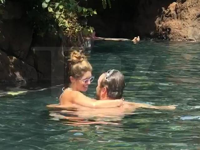 Sau ba tuần tổ chức lễ cưới, Chris Pratt mới đi nghỉ tuần trăng mật. Anh và người đẹp Katherine Schwarzenegger tình tứ trong bể bơi tại một resort ở Hawaii.