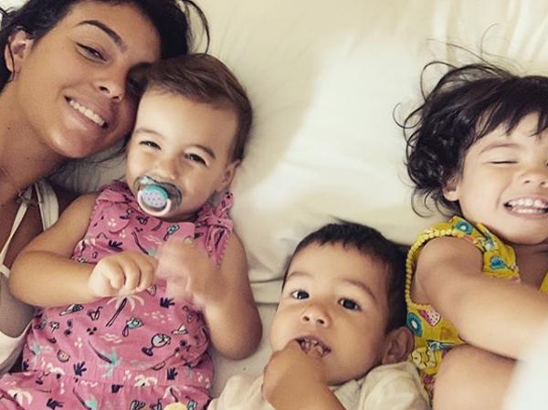 Georgina Rodriguez bên ba nhóc Alana Martina, Mateo và Eva.
