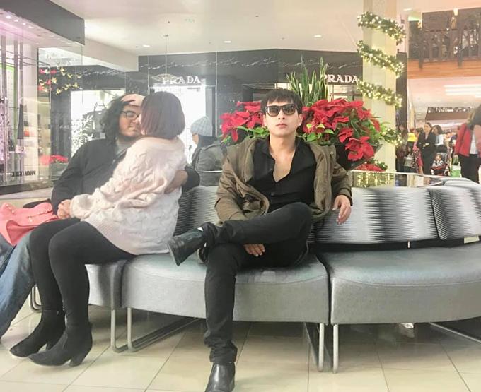 Hồ Quang Hiếu chụp ảnh cạnh một đôi tình nhân và dí dỏm chú thích: Sau một thời gian đứng nhìn người ta hạnh phúc thì tôi quyết định ngồi xuống nhìn cho đỡ mỏi chân.