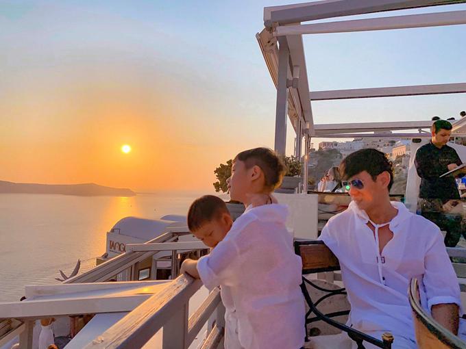 Santorini là một hòn đảo nằm trên biển Địa Trung Hải, nằm cách 200 km về phía đông nam phần đất liền của lục Hy Lạp. Nơi đây được mệnh danh là địa điểm ngắm hoàng hôn đẹp nhất thế giới. Mỗi chiều, hai vợ chồng đều tranh thủ ra ban công khách sạn, uống cà phê và xem mặt trời lặn.