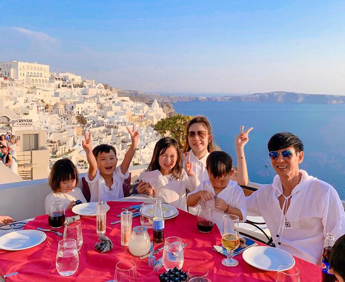 Địa điểm chính của chuyến đi lần này là đảo Santorini huyền thoại, được nhiều dân du lịch khắp nơi trên thế giới yêu thích. Bản thân hai vợ chồng từng tới đây năm ngoái, lần này trở lại để tổ chức sinh nhật cho bé Cherry tròn 6 tuổi. Cả gia đình đặt bàn ăn tối, vừa dùng bữa vừa ngắm mặt trời lặn. Năm ngoái sinh nhật ba mẹ không tổ chức, chỉ mua cho nàng cái bánh kem mà mới đưa lên chụp là bị rớt xuống đất. Nên năm nay, hai vợ chồng bù lại cho nàng Cherry đón sinh nhật ở hòn đảo xinh đẹp này, bà mẹ 4 con chia sẻ.