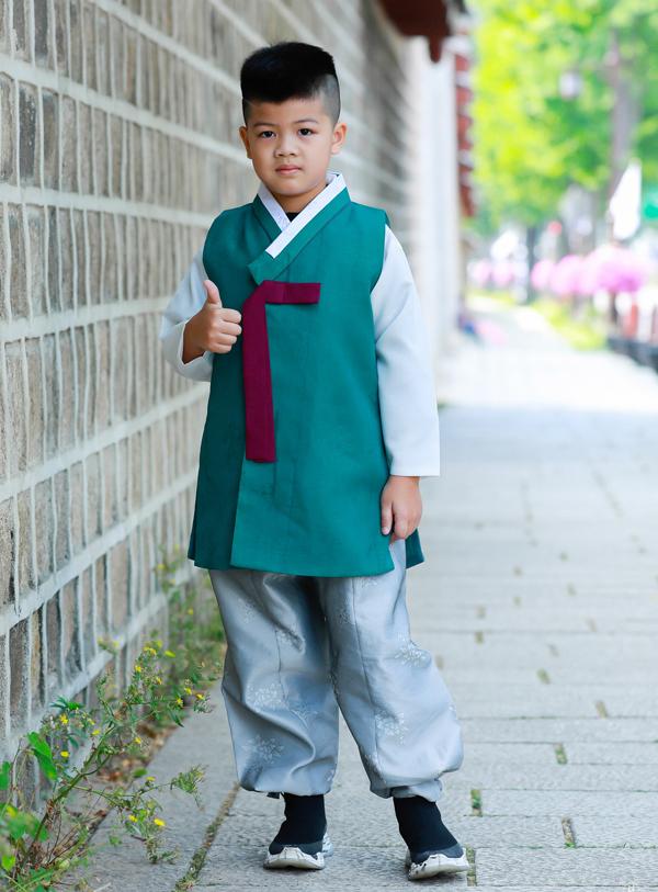 Con trai đầu của người đẹp là bé Henry hơn 7 tuổi rất chững chạc.