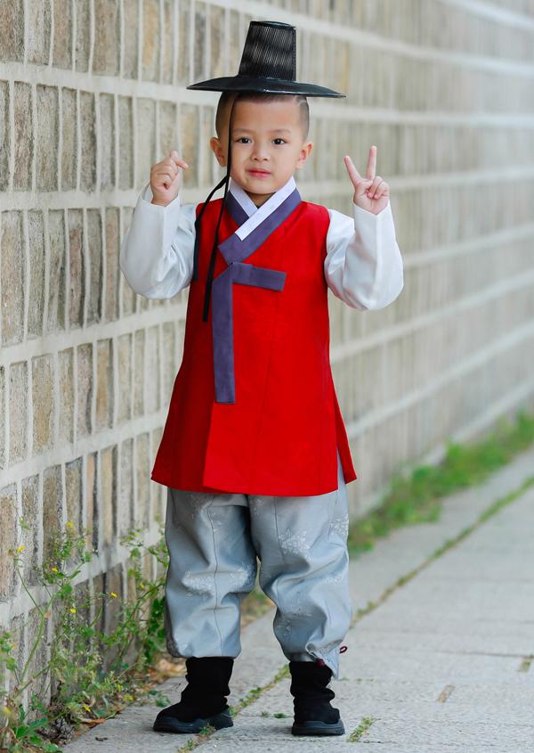 Con trai thứ hai Gia Minh 5 tuổi trông đáng yêu khi mặc trang phục truyền thống của Hàn Quốc.