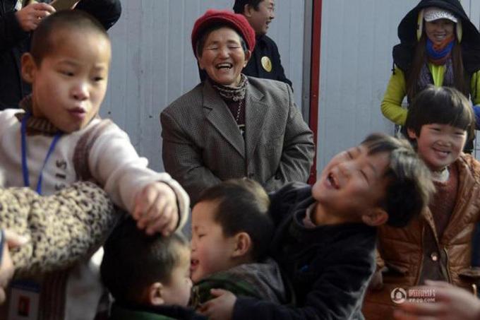 Bà Kong hạnh phúc bên bầy con nhỏ.