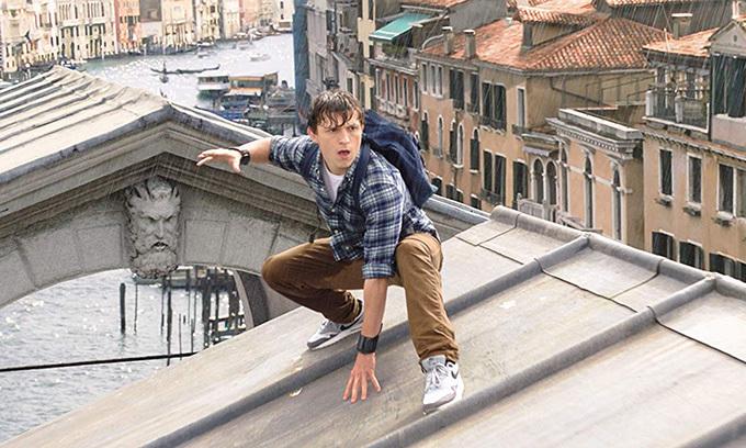 Đang trong kỳ nghỉ, Peter Parker phải biến thành Người Nhện và bước vào cuộc chiến sinh tử với quái vật ngoài hành tinh.