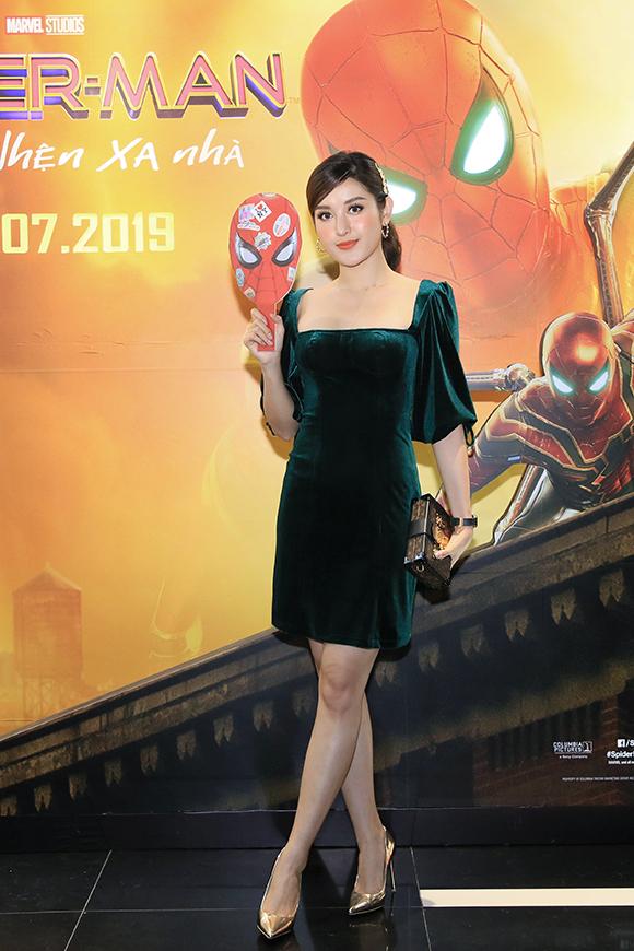 Á hậu Huyền My mặc váy nhung xanh tới sự kiện.