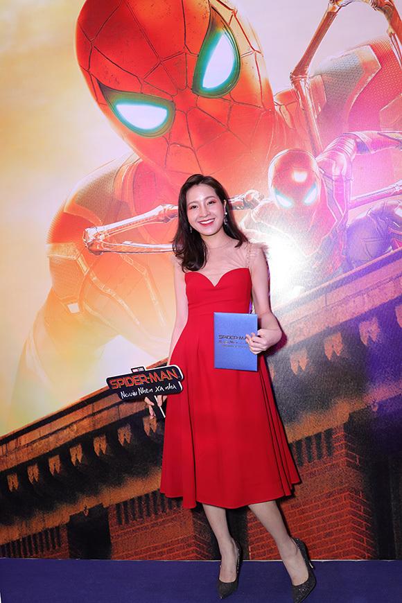MC Kim Nhãn xinh xắn với đầm đỏ.