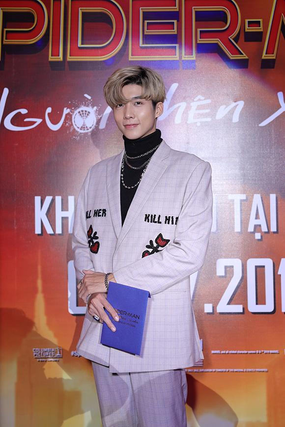Hot boy Soho dự sự kiện một mình mà không có bạn gái Trịnh Thảo đi chung.