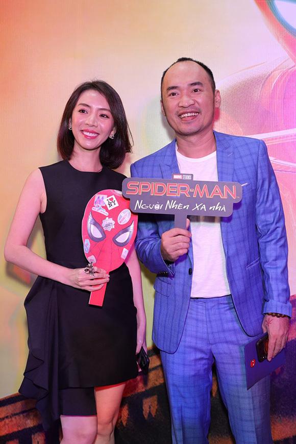 Vợ chồng Thu Trang - Tiến Luật trốn con đi xem phim.