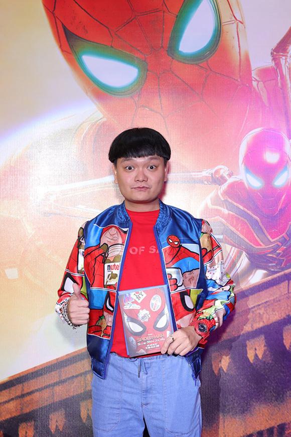Diễn viên - nhạc sĩ Trịnh Tú Trung mặc áo khoác người nhện tới xem phim Người Nhện.