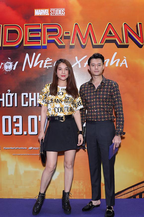 Trương Ngọc Ánh mặc trẻ trung, chụp hình cùng đồng nghiệp nam trướcbuổi chiếu phim.