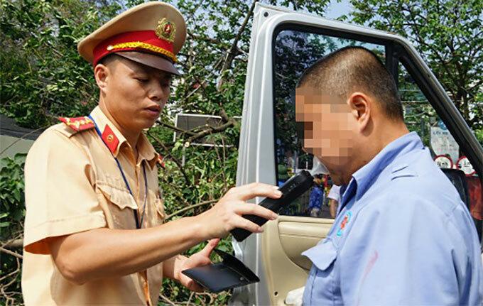 Cảnh sát giao thông Hà Nội trong một lần kiểm tra nồng độ cồn tài xế xe khách, xe tải ở bến xe trong nội đô. Ảnh: Gia Chính
