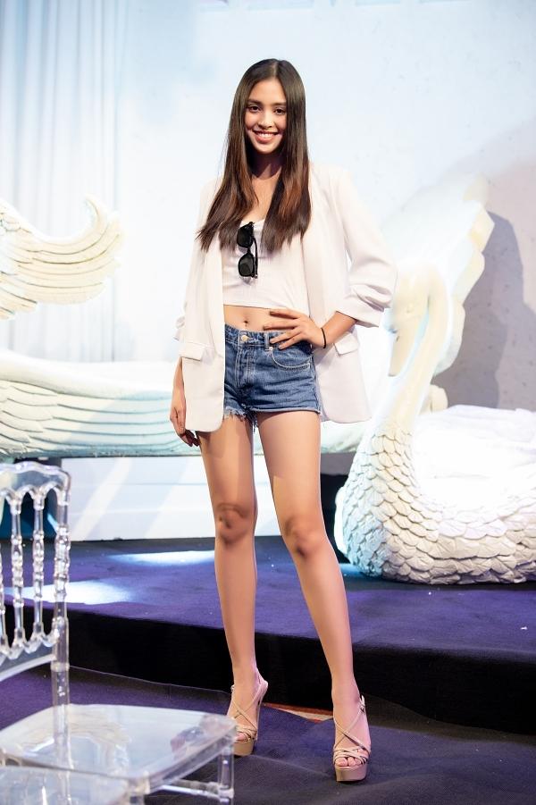 Người đẹp 19 tuổi diện trang phục trẻ trung, khoe vòng eo và đôi chân dài gợi cảm.