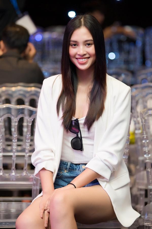 Hoa hậu Việt Nam 2018 - Trần Tiểu Vy cũng có mặt từ sớm để tổng duyệt. Cô đảm nhận vai trò mở màn cho show diễn.