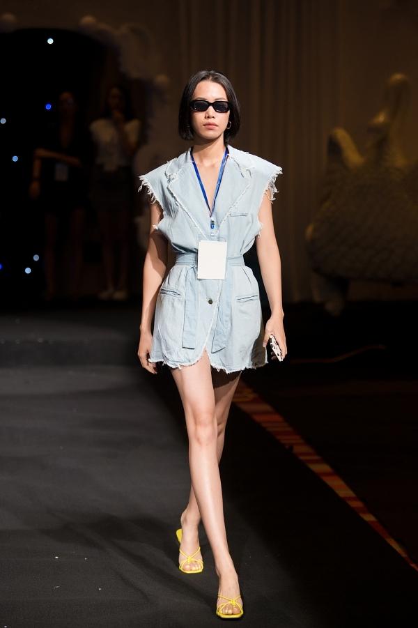Người mẫu Thu Hường chọn trang phục thoải mái đi tập catwalk.