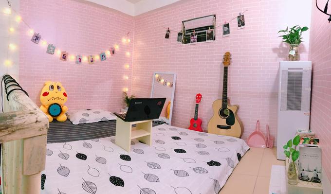 9X chọn tông màu hồng, trắng để trang trí căn phòngvì thấy gam màu này có sự nữ tính, nhẹ nhàng, phản ánh đúng tính cách và sở thích của cô. Tôi trang trí theo bản năng và sở thích chứ không theo xu hướng trang trí nhà cửa nhất định. Căn phòng trong mơ của tôi là phòng sáng sủa, sạch sẽ, Phượng bổ sung.