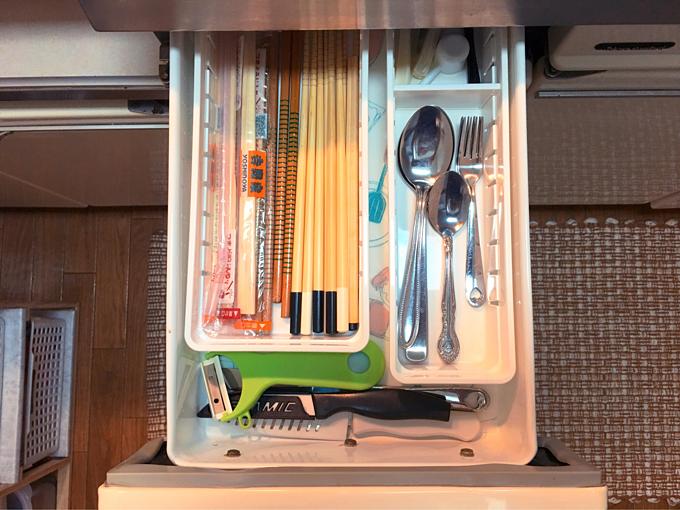 Đũa, thìa được đặt trong những chiếc ngăn nhỏ cùng với ngăn kéo để dao, nạo một cách gọn gàng, ngăn nắp.