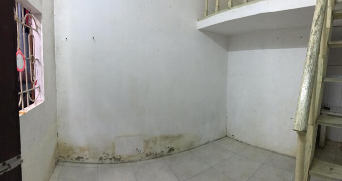 Minh Phượng cho biết đây là căn phòng thứ 2 mà cô thuê trọ ở Hà Nội. Căn phòng có diện tích 20m2, cũ kỹ nhưng có ưu điểm là thoáng và rộng hơn phòng trọ đầu tiên của Minh Phượng.