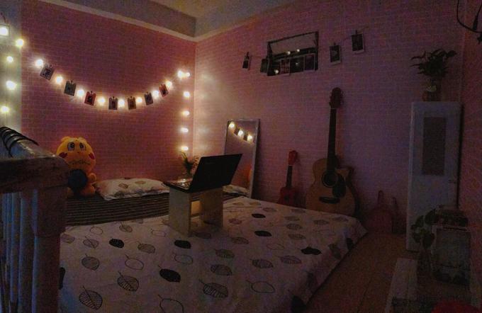 Minh Phượng dùng thêm đèn nhấp nháy để căn phòng trở nên lung linh vào buổi tối.