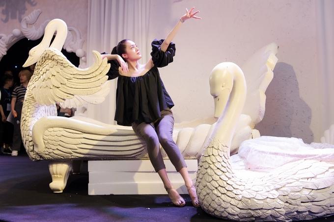 Diễn viên múa Huyền My mở màn cho đêm diễn có chủ đề Mơ. Hai mô hình thiên nga cũng được êkíp chuẩn bị tạo điểm nhấn cho show.