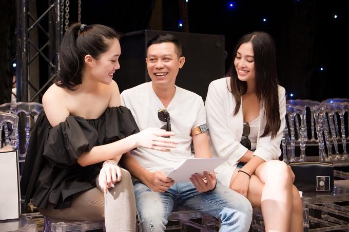 Nhà thiết kế Nguyễn Quảng (giữa) trao đổi kịch bản cùng các nghệ sĩ. Chương trình sẽ diễn ra tối 5/7 tại Hà Nội.