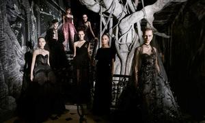 Dàn mẫu Dior catwalk giữa không gian huyền bí