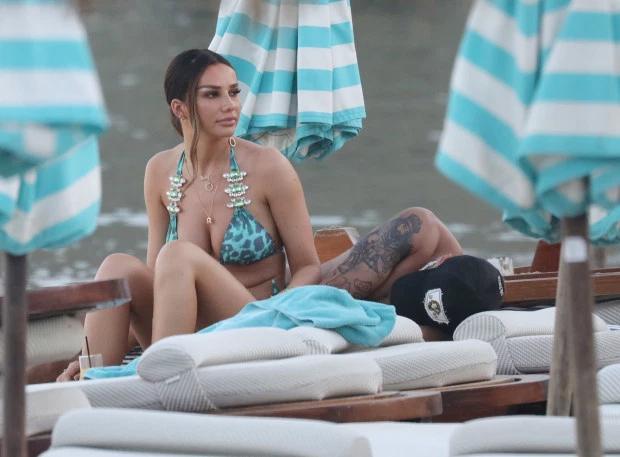 Một người có mặt tại CLB biển ở Mykonos cho biết: Họ uống rượu cả buổi chiều và Ruby đưa Dele ra ghế tắm nắng nghỉ ngơi một chút. Hai người ôm hôn nồng nhiệt ở dưới tán ô tránh nắng. Ban đầu,người đẹp 25 tuổi còn không biết bạn trai bất tỉnh, cứ nghĩ anh say ngủ phía sau.