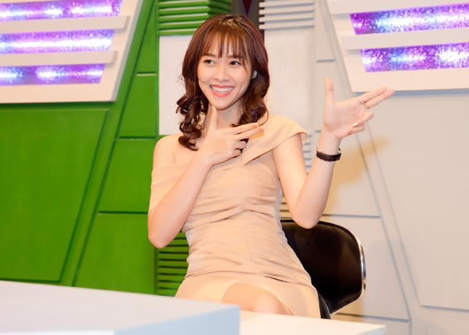 Tham gia ghi hình chương trình mới, nữ diễn viên khoe đường cong cùng bộ đầm trễ vai ôm sát, xẻ tà chừng mực.