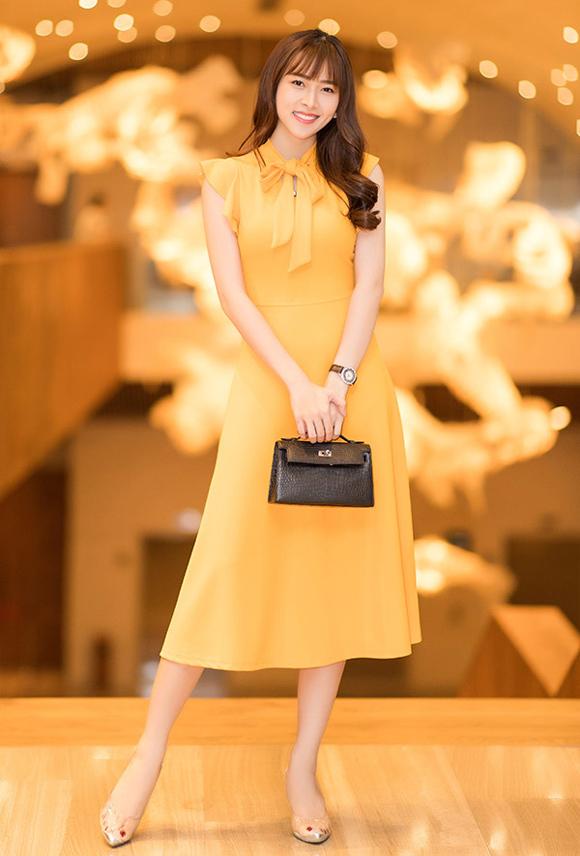 Người đẹp khéo léo kết hợp trang phục với giày trong suốt và đồng hồ sành điệu, tạo điểm nhấn bằng túi đen nhỏ nhắn.