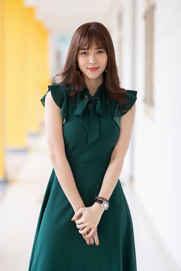 Tại buổi ghi hình một gameshow, Diệp Bảo  Ngọc diện váy xòe nữ tính. Cô ưu tiên những trang phục thoải mái, dễ di chuyển.