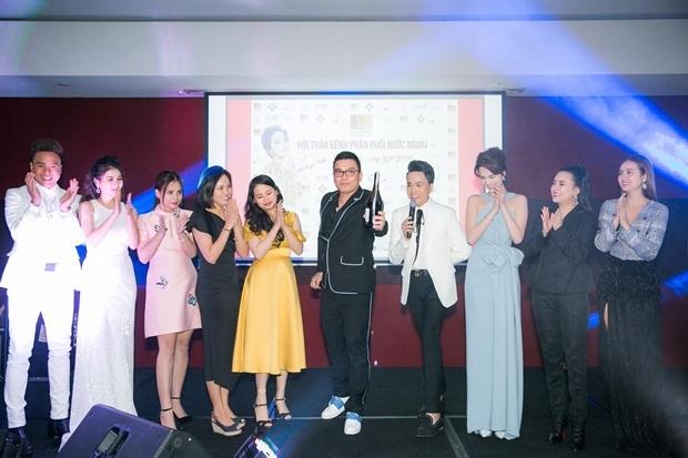 Sự kiện quy tụ đông đảo với hơn 300 khách mời là những doanh nhân, Kiều bào Việt sinh sống tại Sydney, khách hàng của GHB cũng như các ngôi sao giải trí. Trong ảnh, ông Andy Nguyen - Chủ tịch VietBeauty (đơn vị tổ chức) khui rượu khai tiệc cùng khách mời.