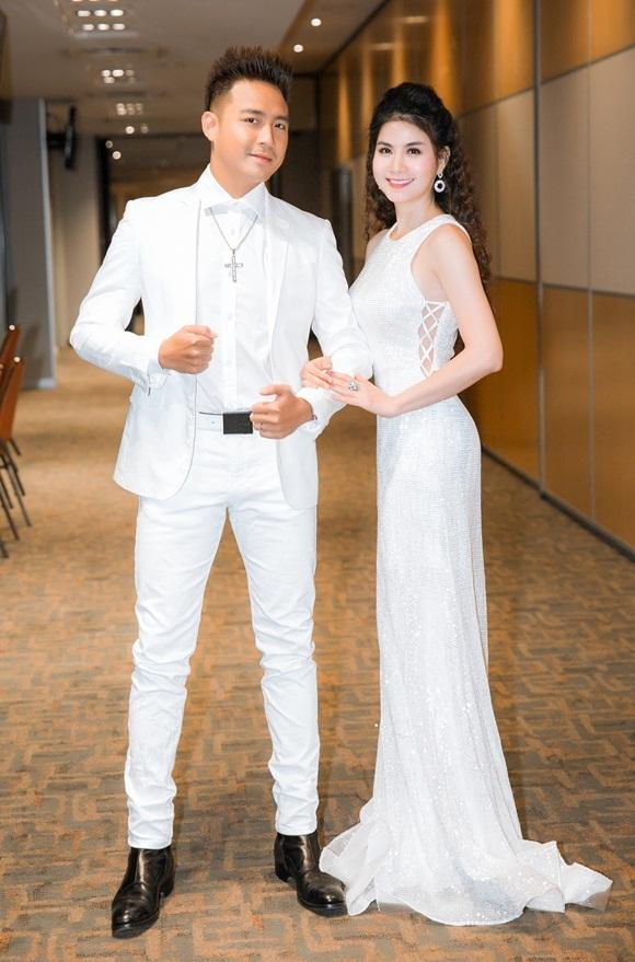 Ngoài Bảo Anh và Phạm Quỳnh Anh, vợ chồng Kha Ly và Thanh Duy cũng góp mặt tại sự kiện và mặc trang phục trắng ton-sur-ton.