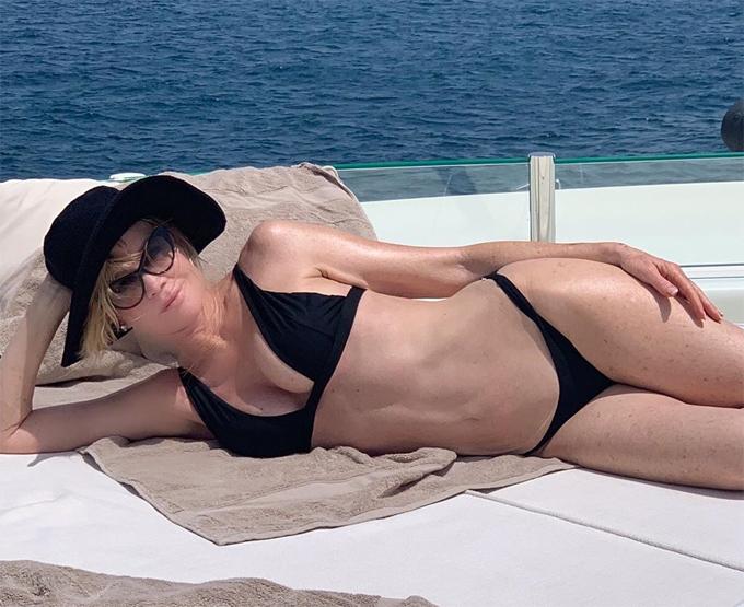 Melanie Griffith khoe dáng trên ca nô giữa biển Formentera, Tây Ban Nha hôm 4/7. Nữ diễn viên sinh năm 1957 nhận được rất nhiều lời khen ngợi vì vóc dáng gợi cảm bất chấp tuổi tác.