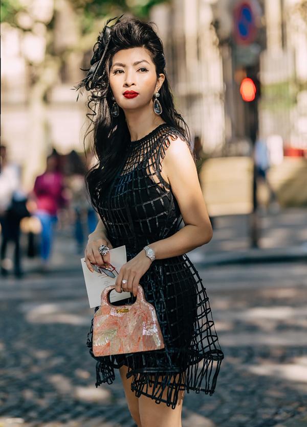 Nguyễn Hồng Nhung tiết lộ, đây là lần hiếm hoi côđi nước ngoài dự sự kiện thời trang.