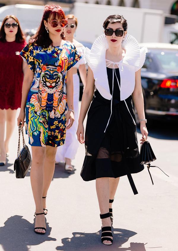 Cô xuất hiện với trang phục hai màu đen trắng, phần cổ thiết kế lạ mắt. Nguyễn Hồng Nhung gặp gỡ stylistNguyễn Thu Phương (trái) tại Pháp.