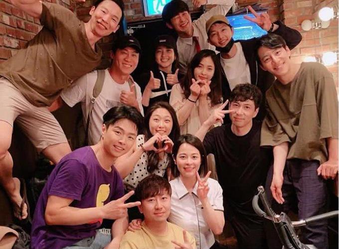 Song Joong Ki (đeo khẩu trang) vui vẻ trên trường quay phim mới.