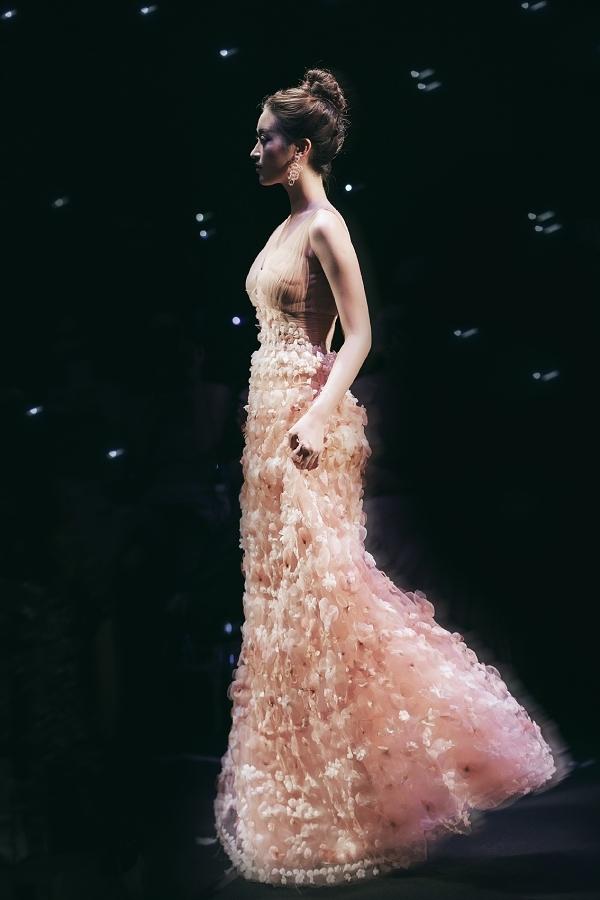 Khoảnh khắc đẹp của Mỹ Linh khi xử lý chiếc váy bồng bềnh trên sàn diễn.