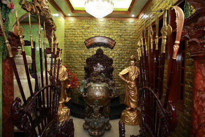 Ngọc Sơn có sở thích sưu tầm nhiều đồ vật độc đáo, cổ xưa. Bên trong biệt thự của anh có nhiều chi tiết được dát vàng, tạo cảm giác sang trọng, quyền lực như ở chốn cung cấm.
