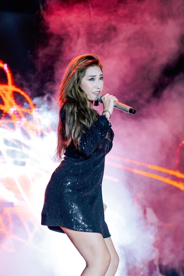 Khổng Tú Quỳnh diện váy ngắn cũn, hát sôi động trong ca khúc Cứ thế mong chờ.