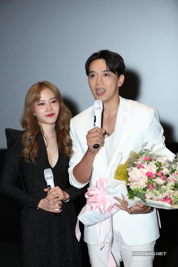 Top 8 Miss Earth 2016 hài lòng với diễn xuất của mình trong MV. Cô và bạn diễn Thuận Nguyễn có nhiều phân đoạn lãng mạn, hôn môi tình tứ.